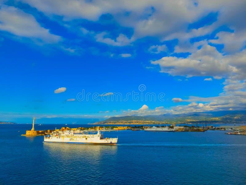 Messina, Sicily Włochy, Maj, - 05, 2014: Widok port Messina główne wejście port obraz royalty free