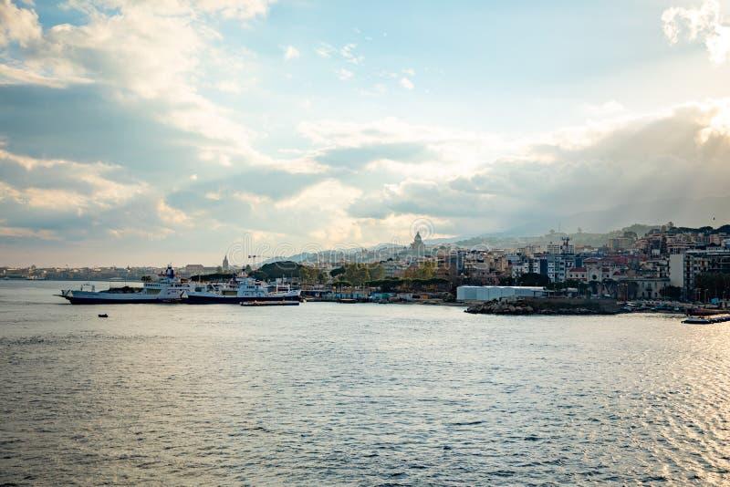 Messina, Włochy - 9 02 2019: Piękny widok pejzaż miejski i schronienie Messina od promu, Sicily, Włochy zdjęcie royalty free