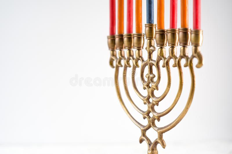 Messing hanukkah menorah met de ruimte van het kaarsenexemplaar stock afbeeldingen