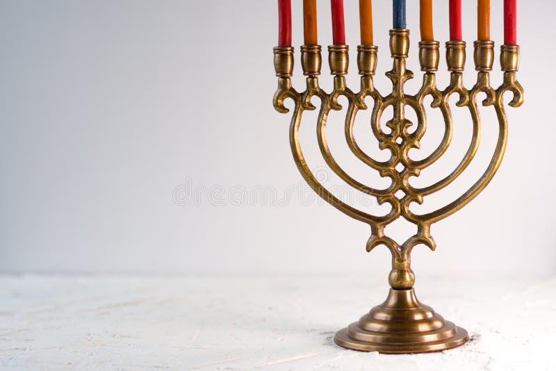 Messing hanukkah menorah met kaarsen zijaanzicht royalty-vrije stock foto's