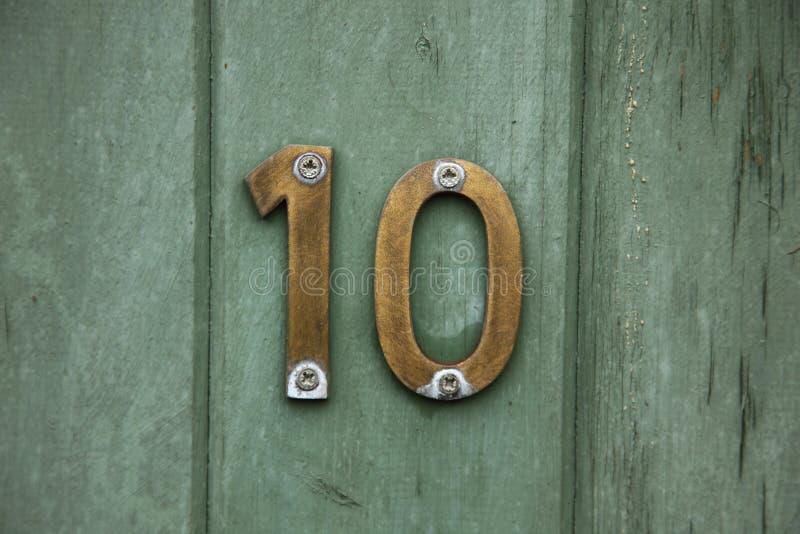 Messing nummer tien op deur royalty-vrije stock foto