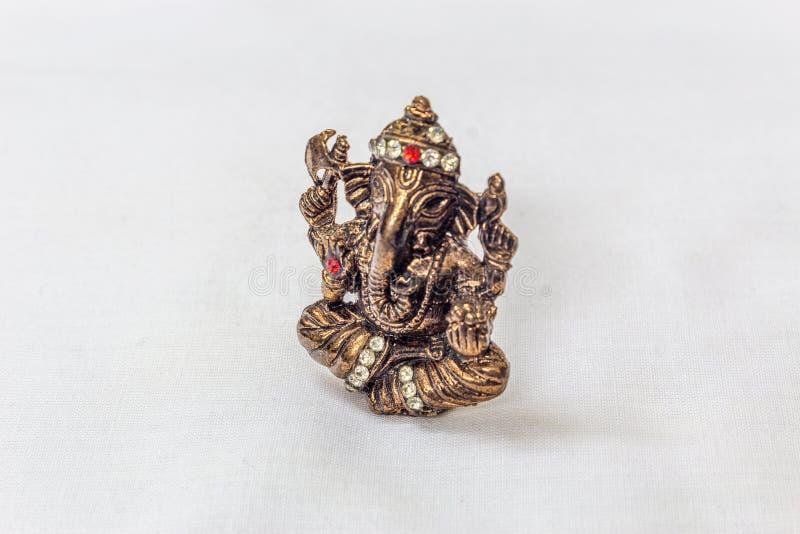 Messing schnitzte Lord ganesha Idol in der metallischen Farbe mit Kunststein Carvings in einem weißen Hintergrund lizenzfreies stockbild