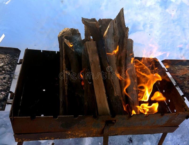Messingarbeiter mit brennendem Holz stockbild