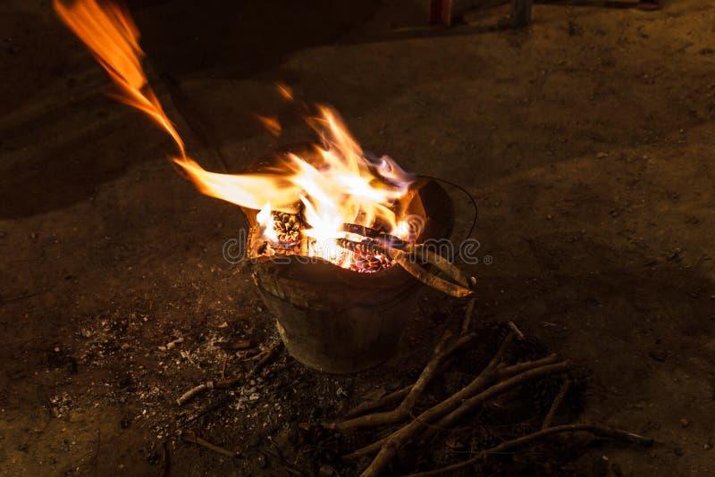 Messingarbeiter mit Feuer lizenzfreies stockfoto