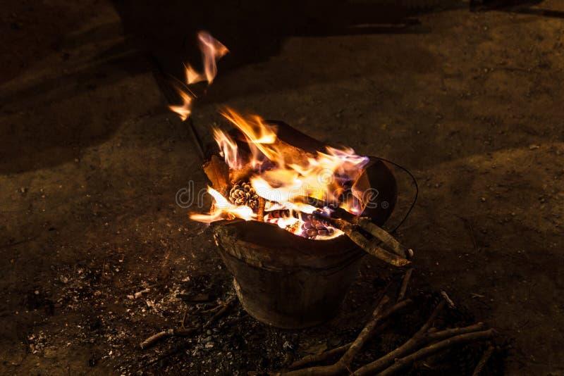 Messingarbeiter mit Feuer lizenzfreie stockbilder