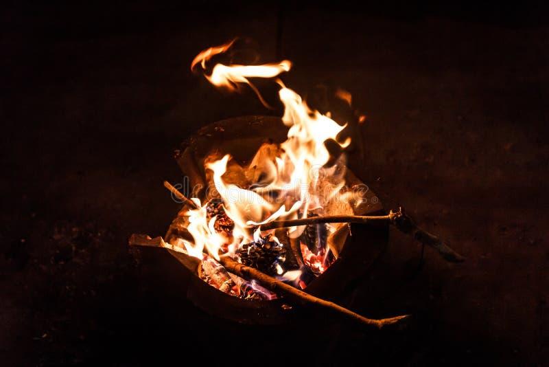 Messingarbeiter mit Feuer stockbild