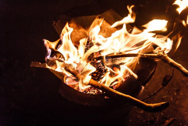 Messingarbeiter mit Feuer stockfoto