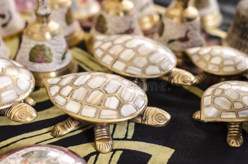 Messingschildkröte eingelegt mit Perlmutt stockbilder