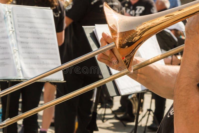 Messingstrombone, Gouden Saxofoon op Achtergrond stock afbeelding