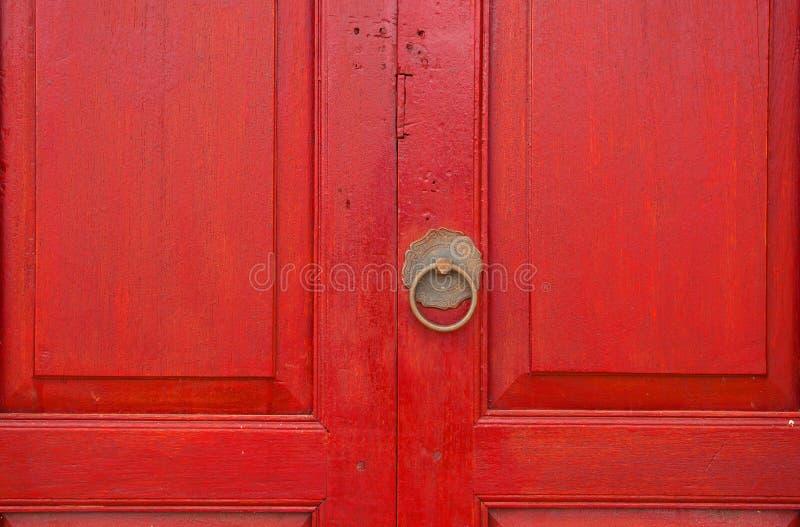 Messingtürgriff und Klopfer in der chinesischen Art auf einem roten hölzernen d lizenzfreie stockfotos