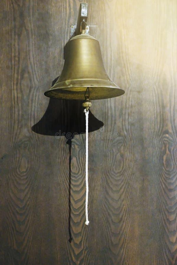 Messingverpacken Bell verschoben auf hölzerner Wand stockbilder