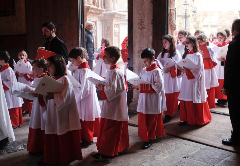 Messknaben betreten Kirche während einer Karwocheostern-Masse in der Insel von Mallorca stockbild