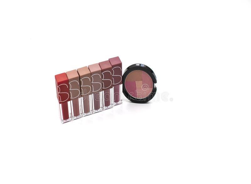 Messo dei cosmetici di bellezza prepari con i rossetti, tavolozza dell'ombretto, arrossiscono isolato su fondo bianco fotografia stock libera da diritti