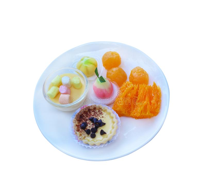 Messo del dessert dei dolciumi in piatto bianco isolato su fondo bianco con i frutti d'imitazione deletable del percorso di ritag fotografia stock libera da diritti