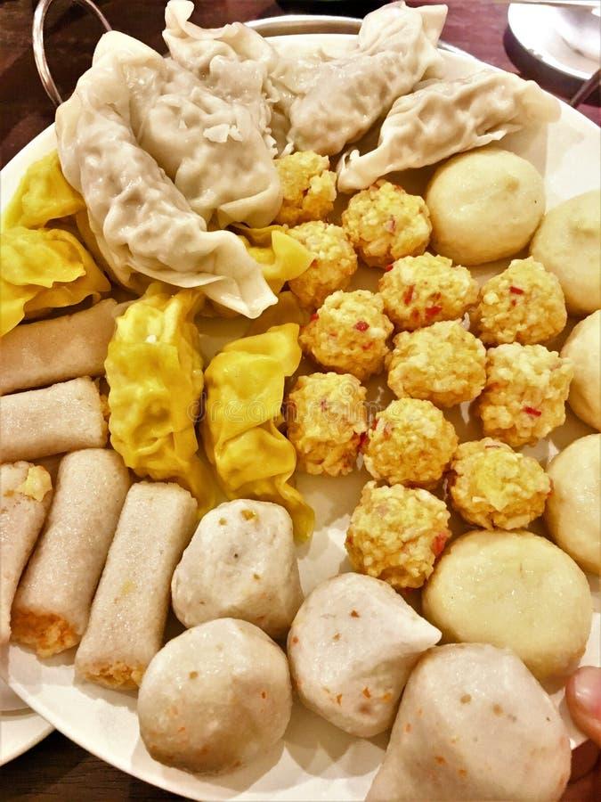 Messo per la palla di pesce, componenti della polpetta utilizzate nel produrre a shabu alimento giapponese fotografie stock