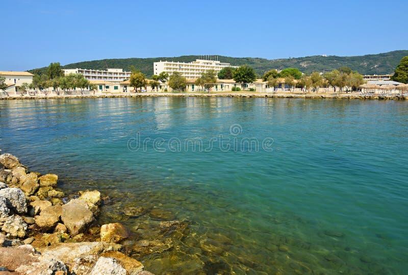 Messonghi -科孚岛海岛,希腊 美丽的海滩 清洗海与海湾 旅行、假期和旅游业的概念 巨大地方为 库存照片