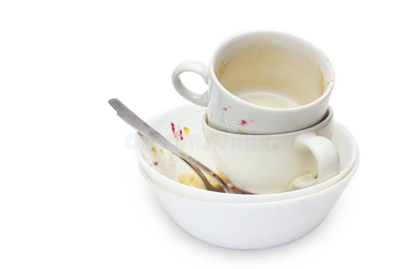 Messthetics estetyczny pojęcie Fotografia brudne puste ceramiczne filiżanki, puchary, dwa łyżki i talerz odizolowywający na biały obraz stock