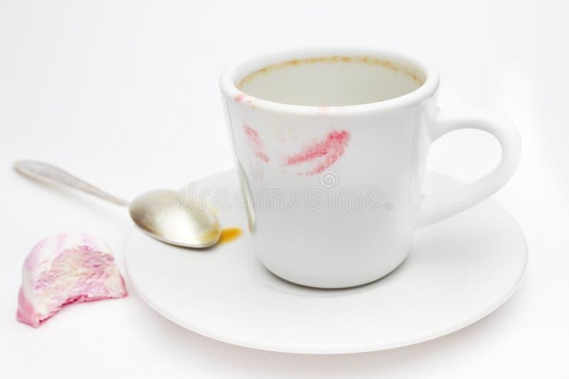 Messthetics esthetisch concept Een foto van de rode lippenstifttekens op uw koffiekop Vuile lege witte ceramische kop op de plaat royalty-vrije stock fotografie