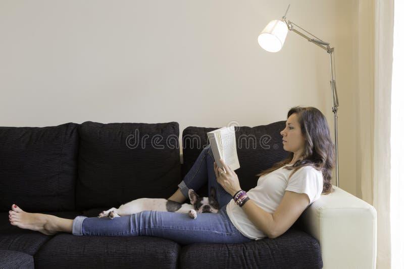 Messwert der jungen Frau auf einem Sofa stockbild