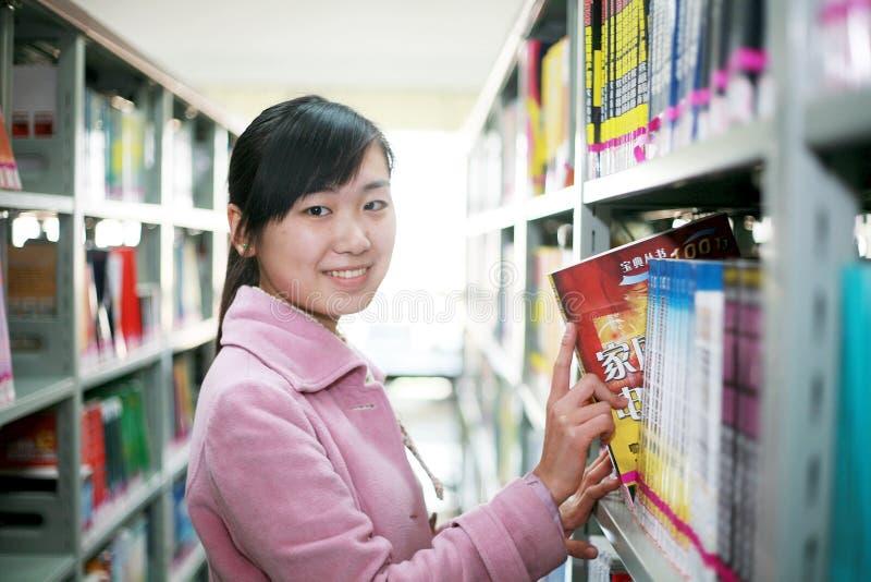 Messwert der jungen Frau in der Bibliothek stockbilder