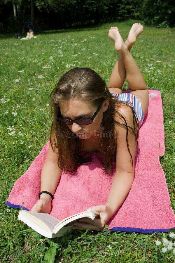 Messwert der jungen Frau im Park stockbilder