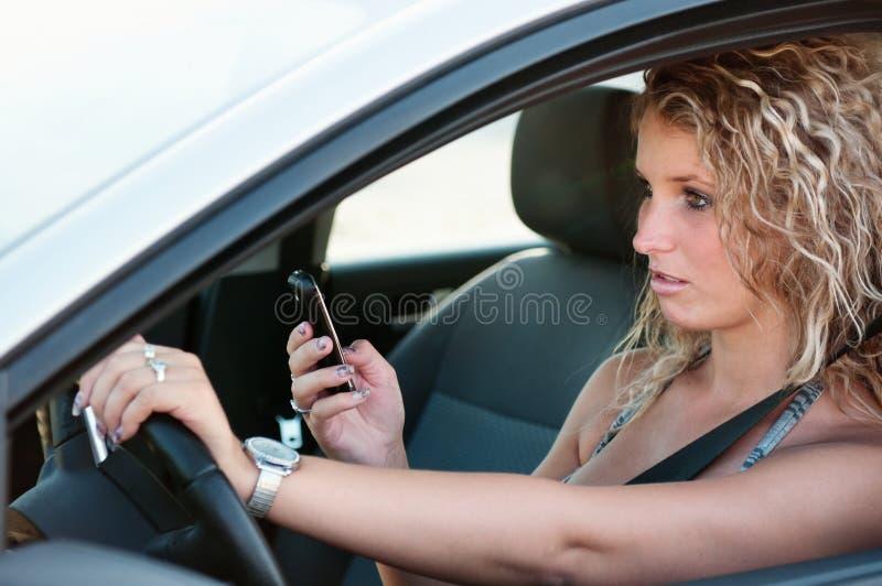 Messwert SMS beim Antreiben des Autos stockfotos