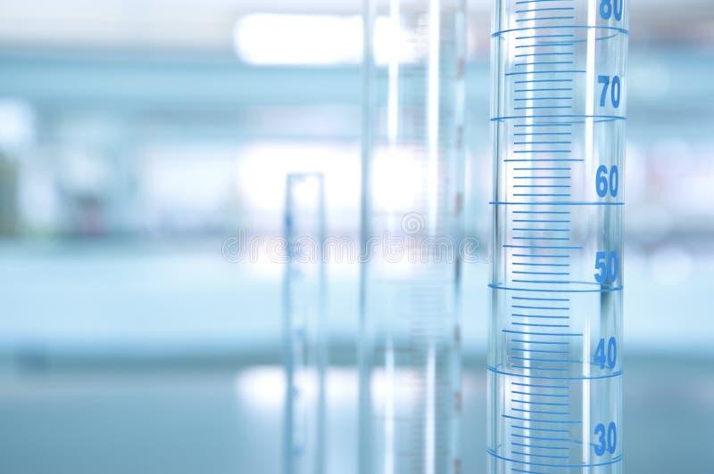 Messzylinder des Volumens im Wissenschaftslabor stockfoto