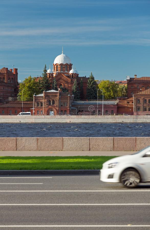 Mest berömt fängelse i Ryssland Kresty i St Petersburg, förseninglätthet på en solig dag för sommar, sikt från den Neva invallnin royaltyfri fotografi