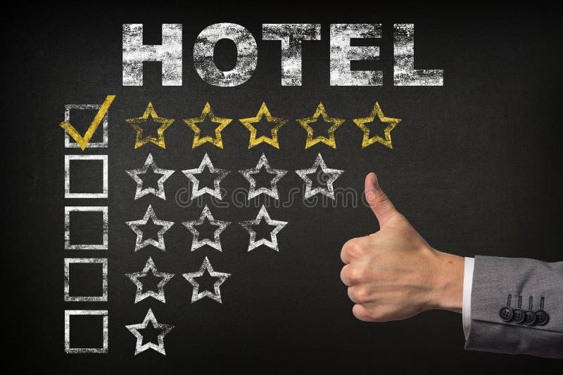 Mest bra hotell - värdering för 5 stjärna Tummar up för stjärnavärderingen för hotellet den guld- svart tavlan royaltyfri illustrationer