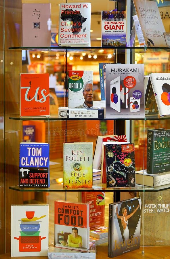 Mest bra säljare på hyllor på bokhandeln fotografering för bildbyråer