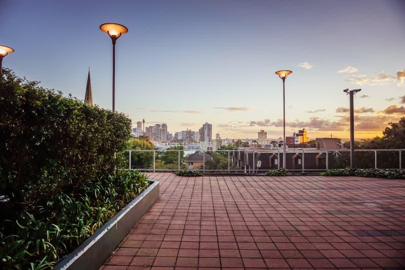 Mest bra Sydney horisontsikt från en uteplats på skymning arkivfoto