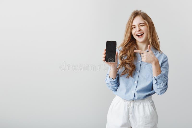 Mest bra val någonsin Stående av den snygga caucasian kvinnliga modellen med blont hår i blå blus som blinkar och ler royaltyfria foton