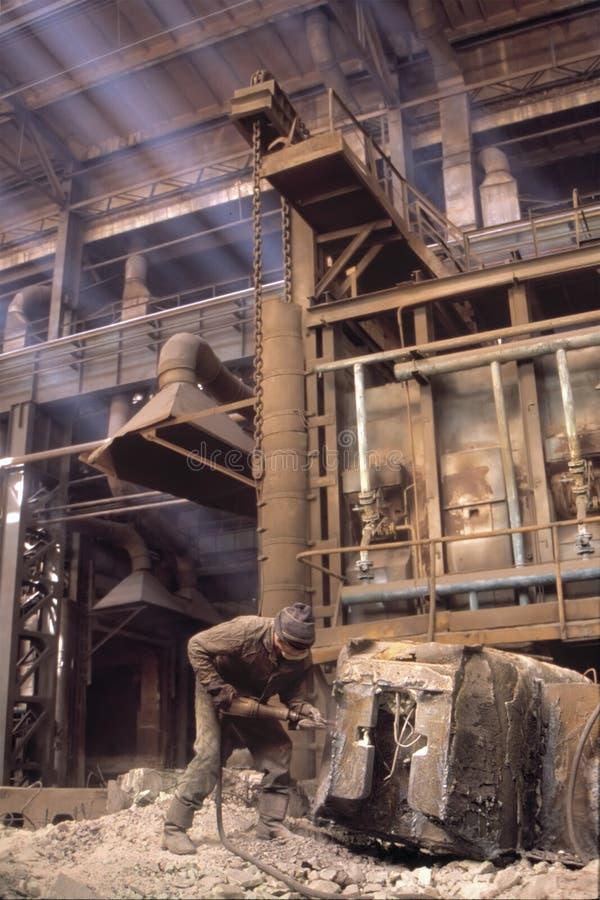 Mest hård arbete i värld Svåra arbetsförhållanden Högt - risk av skador i arbetsplats Oskyddad arbetare som hårt gör arkivfoto