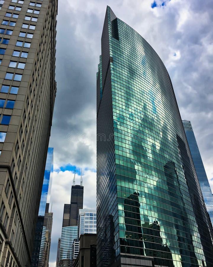 Mest högväxt skyskrapor för Chicago ` s på en molnig sommardag som reflekterar av av spegelförsedda byggnader fotografering för bildbyråer