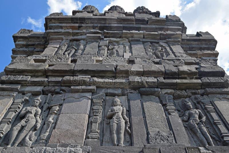 Mest intressant väggsida med skulpturer på den Prambanan templet blandar royaltyfria bilder