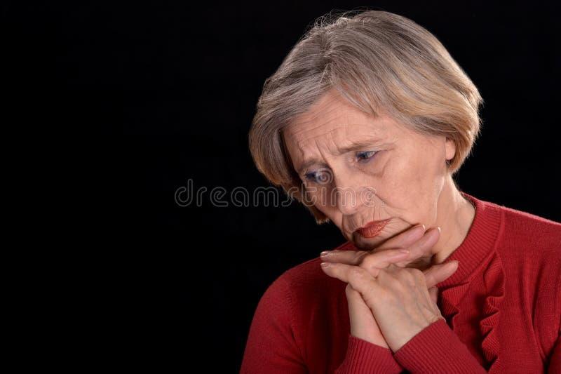 Mest ledsen äldre kvinna arkivbilder