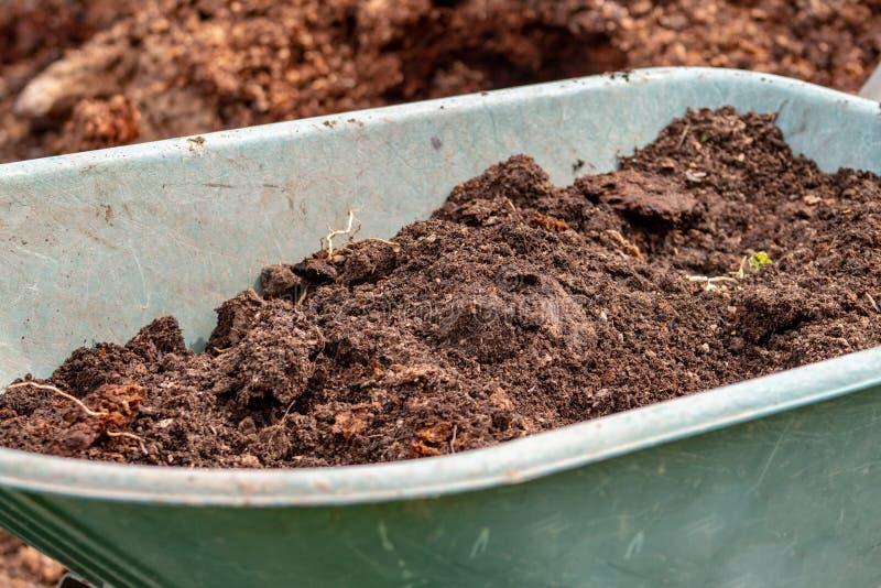Mest: organische bio natuurlijke meststof in een wielkruiwagen Het landbouwbedrijfleven royalty-vrije stock afbeeldingen