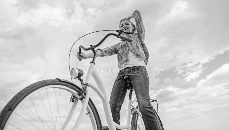 Mest satisfying form av självtrans. Tyck om att cykla kryssarecykeln Kvinnan känner sig fri, medan tyck om att cykla cirkulera fotografering för bildbyråer