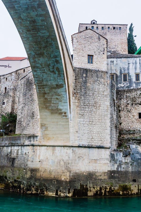 Mest Stari för århundradeottoman för th 16 en bro över den Neretva floden i staden av Mostar i Bosnien och Hercegovina royaltyfri bild