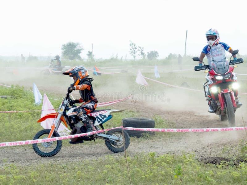 Mest ung motocrossryttare som bakom lämnar andra ryttare royaltyfri bild