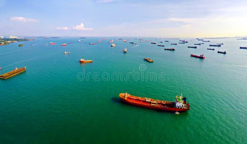 Mest upptagen port av världen - skepp på ankaret i Singapore arkivbilder