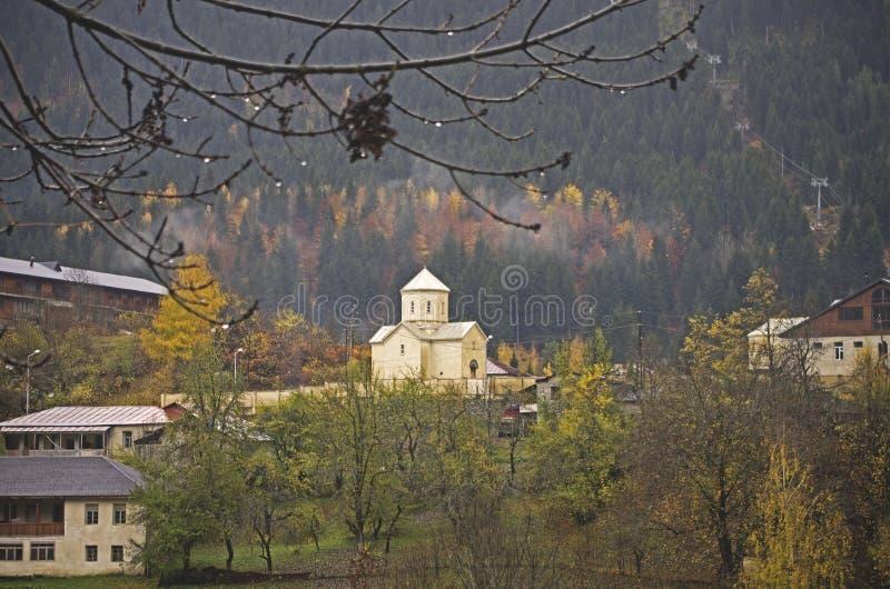 Mestia与教会的街道视图在背景,乔治亚中 免版税库存图片