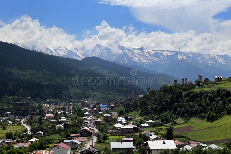 Mestia村庄的Svan塔的看法  免版税图库摄影