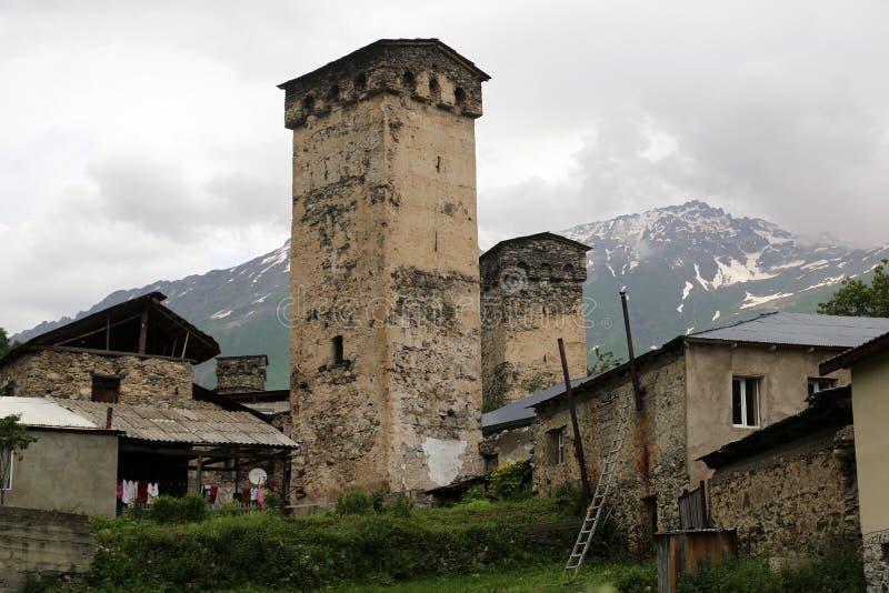 Mestia村庄的Svan塔的看法  免版税库存照片