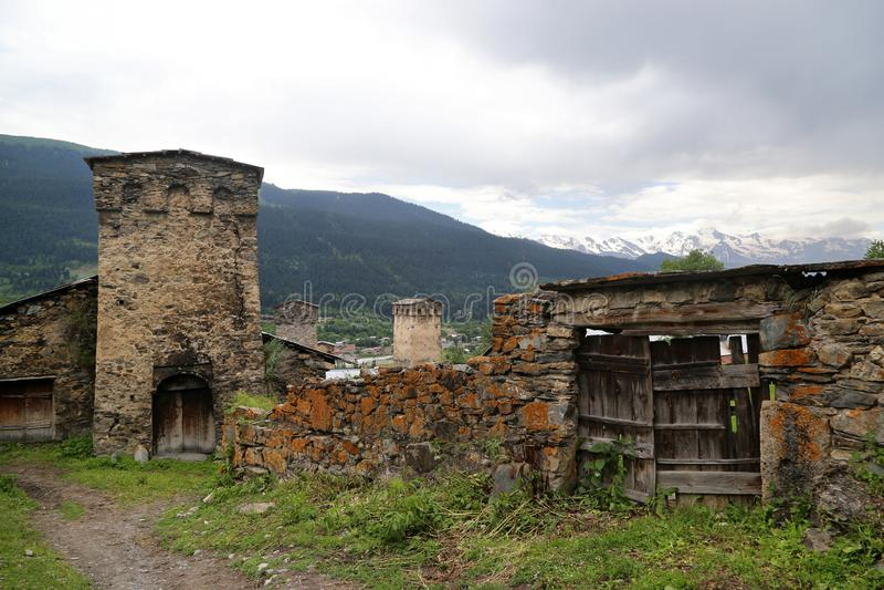 Mestia村庄的Svan塔的看法  免版税库存图片