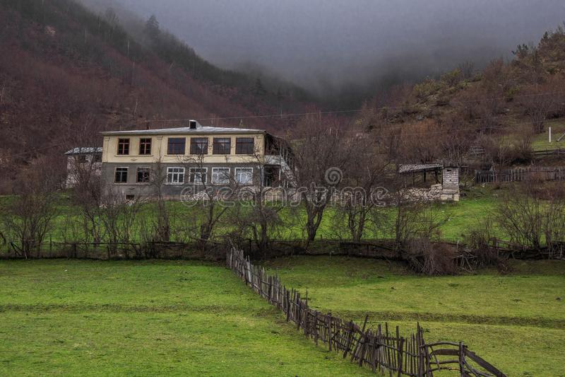 Mestia草甸和老农厂房子 免版税库存图片