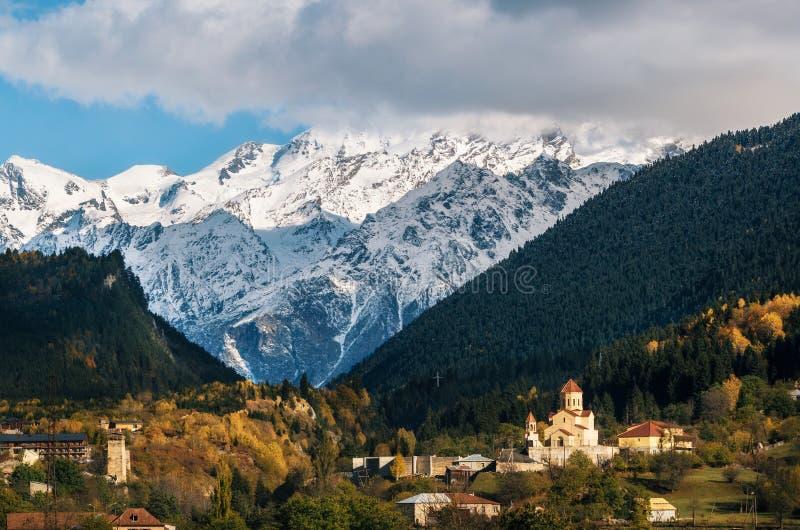 Mestia contra montanhas, Svaneti, Geórgia imagem de stock
