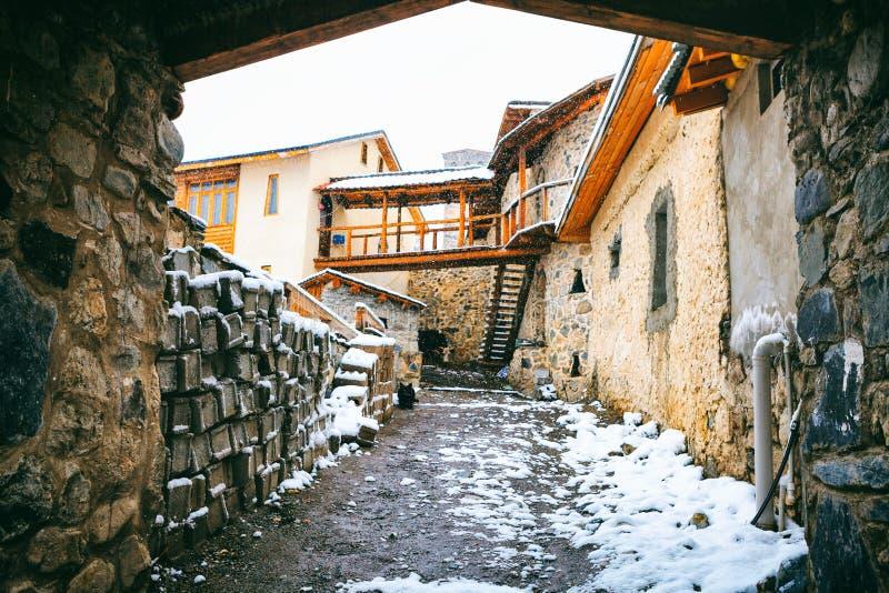Mestia gator, trädgård - townlet i högländerna av det övreSvaneti landskapet i de Kaukasus bergen royaltyfri bild