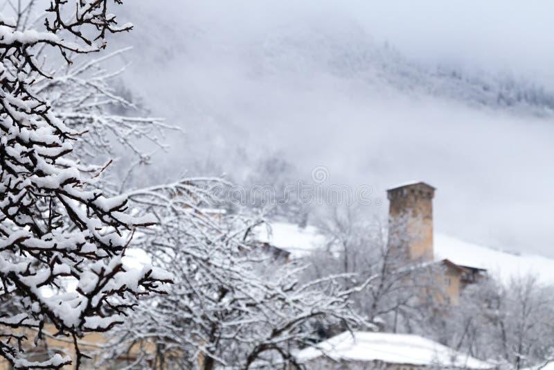Mestia Svaneti Svan medeltida torn Georgia Solig frostig snöig w royaltyfri fotografi