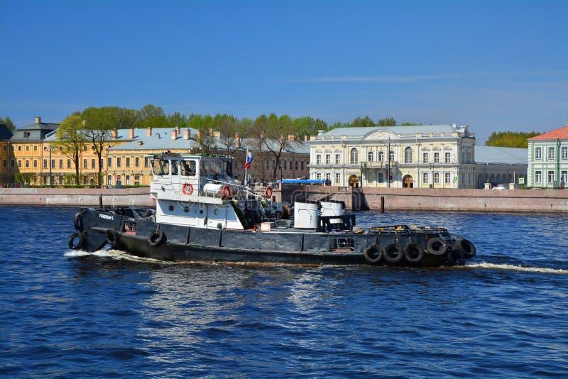 Mestiere del fiume su Neva vicino all'argine di Universitetskaya a St Petersburg, Russia immagini stock libere da diritti